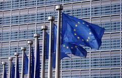 El crecimiento de la zona euro se ralentizará más de lo previamente esperado con la inflación muy baja, dijo el martes la Comisión Europea en sus previsiones económicas advirtiendo de altos riesgos externos e internos en la economía del bloque. En la imagen, unas banderas de la UE ondean en la sede de la Comisión en Bruselas, el 20 de abril de 2016. REUTERS/François Lenoir