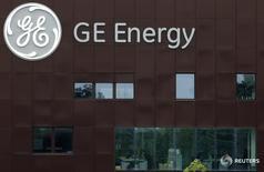 General Electric quiere convertirse en un jugador clave del sector de eólica marina y está interesado en comprar Adwen, la sociedad conjunta de la Gamesa y la francesa Areva, dijo el martes el nuevo jefe del área de renovables del grupo estadounidense.  En la imagen, el logo del conglomerado estadounidense General Electric en un edificio de la compañía en Belfort, el 23 de junio de 2014. REUTERS/Vincent Kessler
