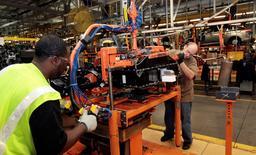 Unos trabajadores de Ford en la línea de ensamblaje de la firma en su planta de Wayne, EEUU, nov 7, 2012. Los nuevos pedidos de bienes a fábricas de Estados Unidos subieron más de lo previsto en marzo, mientras que los envíos e inventarios se elevaron tras ocho meses consecutivos de declives, en señales de que el período de debilidad para las manufacturas está cerca de su fin.   REUTERS/Rebecca Cook
