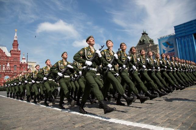 Российских военнослужащих маршем во время парада победы на Красной площади в Москве, Россия, 9 мая 2015 года. От Reuters/Александр Zemlianichenko