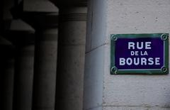 La Bourse de Paris évolue en léger retrait de 0,05% jeudi à 12h50 dans des volumes réduits à 20% de leur moyenne quotidienne sur les trois derniers mois sur Euronext en ce jour de l'Ascension. /Photo d'archives/REUTERS/Christian Hartmann