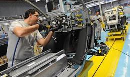 El fabricante francés de automóviles Renault dijo el jueves que ha decidido invertir más de 600 millones de euros en un nuevo proyecto en España que incluye la construcción de un nuevo coche y un nuevo motor en su planta de Valladolid. En esta imagen de archivo, empleados trabajan en el asamblaje del Renault Twizy Zero Emission eléctrico en Valladolid, España, el 17 de octubre de 2011. REUTERS/Felix Ordonez
