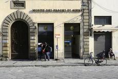 Banca Monte dei Paschi di Siena a réalisé au premier trimestre un bénéfice net supérieur aux attentes (93 millions d'euros) en raison d'une contraction de ses charges pour pertes de créances mais le poids des créances douteuses a continué d'augmenter et son ratio de fonds propres s'est dégradé. /Photo prise le 1er mars 2016/REUTERS/Tony Gentile