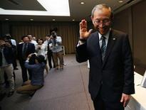 Le groupe industriel japonais Toshiba a annoncé vendredi la nomination au poste de directeur général de Satoshi Tsunakawa, l'ex-patron de sa branche médicale, espérant ainsi tourner définitivement la page d'un gros scandale comptable. /Photo prise le 6 mai 2016/REUTERS/Issei Kato