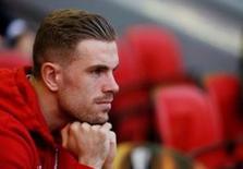 Capitão do Liverpool, Jordan Henderson, assistindo partida contra Villarreal pela Liga Europa.  05/05/2016    Reuters / Phil Noble Livepic