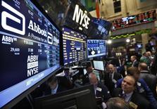 Wall Street abrió el viernes a la baja tras conocerse el dato de nóminas no agrícolas de abril, que mostró que la economía estadounidense creó el menor número de puestos de trabajo en siete meses, aumentando las preocupaciones sobre la fortaleza del mercado laboral en la mayor economía del mundo. En la imagen, operadores en la Bolsa de Nueva York, el 10 de diciembre de 2012.    REUTERS/Brendan McDermid/File Photo