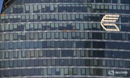 Логотип ВТБ на здании в Москве 20 ноября 2014 года. Второй по величине госбанк России ВТБ признал, что шансы на возврат доставшихся ему пять лет назад вместе с Банком Москвы проблемных активов на 243 миллиарда рублей почти исчерпаны, и выделил их в отдельный банк. REUTERS/Maxim Zmeyev