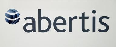 Abertis dijo el martes que ha llegado a un acuerdo para comprar dos sociedades que controlan el 51,4 por ciento del grupo industrial italiano A4 Holding, cuyos principales activos son las autopistas A4 Brescia-Padova y A31, por un importe de 594 millones de euros. En la imagen, el logo de Abertis en la junta de accionistas anual del grupo en Barcelona, el 12 de abril de 2016. REUTERS/Albert Gea