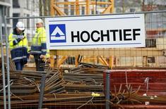 La empresa alemana de construcción Hochtief, filial de la española ACS dijo el miércoles que los pedidos en el primer trimestre se dispararon un 31 por ciento, con crecimiento en todas las regiones, entre ellas el continente americano, donde se alcanzó un récord para el periodo. En la imagen, trabajadores de la alemana Hochtief en unas obras en Essen, Alemania, el 8 de marzo de 2016.   REUTERS/Wolfgang Rattay
