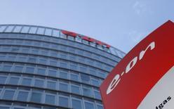 E.ON, première entreprise allemande de services aux collectivités, annonce un bénéfice brut en hausse de 8% au premier trimestre, évoquant l'effet positif d'un accord gazier conclu à des prix revus en baisse en mars avec le russe Gazprom. /Photo prise le 9 mars 2016/REUTERS/Ina Fassbender