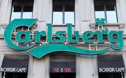 Логотип Carlsberg на входе в паб в Брюсселе. Датская пивоваренная компания Carlsberg отчиталась о большем, чем ожидалось, сокращении продаж в первом квартале вследствие спада на китайском рынке и негативного эффекта  колебаний валютных курсов. REUTERS/Yves Herman