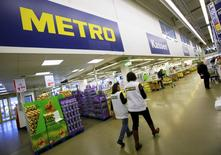 Le distributeur allemand Metro annonce une accélération de ses ventes en Allemagne au deuxième trimestre, surtout dans le pôle alimentaire qu'il compte coter en Bourse séparément. /Photo d'archives/REUTERS/Wolfgang Rattay