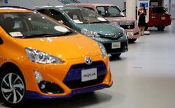 Автомобили Toyota Motor Corp в выставочном зале компании в Токио. Японский автоконцерн Toyota Motor Corp в среду спрогнозировал большее, чем ожидалось, снижение чистой прибыли в текущем году после получения рекордной прибыли в течение трёх лет подряд, виной чему резкое повышение курса иены. REUTERS/Toru Hanai