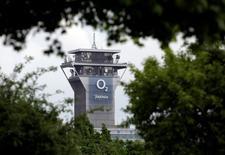 La Commission européenne a bloqué mercredi l'offre d'achat de 10,3 milliards de livres (13,0 milliards d'euros) de CK Hutchison Holdings sur O2, filiale britannique de téléphonie mobile de l'espagnol Telefonica, estimant qu'elle aboutirait à une hausse des prix en Grande-Bretagne. /Photo d'archives/REUTERS/David W Cerny