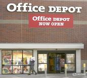Магазин Office Depot в Денвере. Крупнейший ритейлер товаров для офиса Staples и его более мелкий конкурент Office Depot Inc сообщили во вторник, что прекратят запланированное слияние после того, как федеральный судья США распорядился временно приостановить сделку из-за опасений о нарушении антимонопольного законодательства. REUTERS/Rick Wilking  RTW - RTRMY10