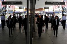 Le groupe de grands magasins Macy's a subi un cinquième trimestre consécutif de baisse de ses ventes, en-deçà des estimations des analystes, du fait d'une faible demande pour le prêt-à-porter et du dollar fort qui a freiné les dépenses des touristes. /Photo d'archives/REUTERS/Brian Snyder