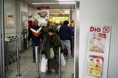 El grupo de distribución DIA subía en bolsa más de un 8 por ciento el jueves tras confirmar que prevé poner fin en el segundo trimestre a más de tres años de descensos de las ventas en espacio comparable en España y Portugal, su principal mercado. En la imagen, varias personas salen de de un supermercado de DIA en Madrid, el 23 de febrero de 2015. REUTERS/Andrea Comas