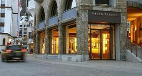 Ralph Lauren, à suivre jeudi à la Bourse de New York. Le groupe de prêt-à-porter a annoncé une baisse de 1% de son chiffre d'affaires trimestriel, à 1,87 milliard de dollars, avec une contraction des ventes de 6% à magasins comparables. /Photo prise le 15 mars 2016/REUTERS/Arnd Wiegmann