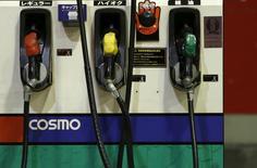 Автозаправка Cosmo Energy Holdings в Токио. Цены на нефть подскочили до полугодовых пиков в четверг благодаря данным Международного энергетического агентства (МЭА), указавшим на ограничение поставок, а также неожиданному падению запасов в США.  REUTERS/Yuya Shino/File Photo