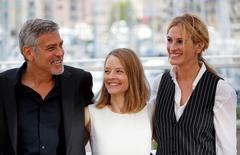 Diretora Jodie Foster posa ao lado de Julia Roberts e George Clooney em Cannes. 12/5/2016.  REUTERS/Jean-Paul Pelissier