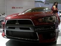 Модель у автомобиля  Mitsubishi Lancer Evolution X на автошоу в Маниле 21 августа 2008 года. Японский автопроизводитель Mitsubishi отзывает в России 141.588 автомобилей Mitsubishi Lancer из-за возможной неисправности подушки безопасности, говорится в сообщении Росстандарта. REUTERS/John Javellana