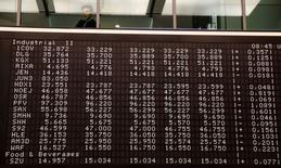 Табло в помещении фондовой биржи во Франкфурте-на-Майне 14 апреля 2016 года.  Европейские фондовые рынки открылись снижением в пятницу, следуя за потерями на некоторых рынках Азии и падением цен на нефть. REUTERS/Kai Pfaffenbach