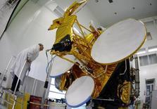 Eutelsat chute à la Bourse de Paris à la mi-séance de 31,11% à 18,825 euros, son plus bas niveau depuis septembre 2009, après avoir abaissé nettement la veille ses objectifs en raison du ralentissement du marché des satellites. L'indice vedette parisien est en retrait de 0,24% à 4.283,06 points à 13h05. /Photo d'archives/REUTERS/Eric Gaillard