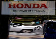 Окно выставочного зала Honda Motor в Токио. Honda Motor Co в пятницу отчиталась о квартальном убытке из-за масштабных затрат на отзыв автомобилей с подушками безопасности Takata, однако опубликовала прогноз восстановления в этом году благодаря радикальным шагам, направленным на преодоление проблем. REUTERS/Toru Hanai