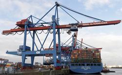 En la imagen, un barco de contenedores en la terminal de carga del puerto de Altenwerder, Hamburgo, Alemania, 3 de febrero de 2016.  La economía alemana más que duplicó su tasa de expansión en el primer trimestre tras un alza en el gasto público, consolidando su papel como el motor de crecimiento de una región en la que los efectos de potentes medidas de estímulo monetario parecen estar cobrando fuerza. REUTERS/Fabian Bimmer