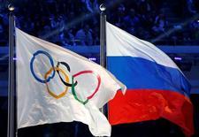 Bandeira nacional russa e bandeira olímpica durante evento em Sochi.      23/02/2014        REUTERS/Jim Young/