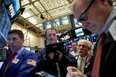 La Bourse de New York a ouvert vendredi sans grand changement, les futures sur indices ayant effacé la quasi totalité de leurs pertes après la publication de chiffres des ventes de détail aux Etats-Unis meilleurs que prévu. L'indice Dow Jones perd 0,1% peu après l'ouverture. Le Standard & Poor's 500, plus large, recule de 0,12% et le Nasdaq Composite est stable. /Photo prise le 5 mai 2016/REUTERS/Brendan McDermid