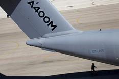 Airbus Group SE quiere sustituir componentes del armazón de los aviones de transporte A400M tras descubrir grietas en un A400M francés, dijo el ministerio de Defensa alemán a legisladores el viernes.  Imagen de un Airbus A400M en la planta de Sevilla, al sur de España, el 14 de septiembre de 2015.  REUTERS/Marcelo del Pozo