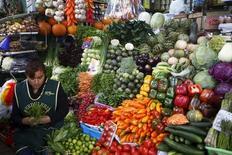 Una mujer vende vegetales en un puesto de un mercado en el distrito de Surquillo en Lima. 23 de octubre de 2015. La economía peruana habría crecido un 4,5 por ciento interanual en marzo y una cifra similar en el primer trimestre por el aporte del sector minero y de la construcción, dijo el viernes el jefe de estudios económicos del Banco Central, Adrián Armas. REUTERS/Mariana Bazo