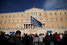 Grecia quiere alcanzar con sus acreedores un acuerdo sobre su deuda que ayudará al país a volver a los mercados de capitales en 2017, dijo el vice primer ministro griego, Yannis Dragasakis,  en una entrevista publicada el sábado por el diario Naftemporiki. En la foto, un manifestante con una bandera griega delante del Parlamento en Atenas el 8 de mayo de 2016. REUTERS/Alkis Konstantinidis