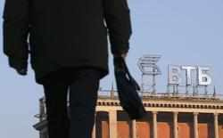 Логотип ВТБ на крыше здания в Москве. Второй по величине госбанк РФ ВТБ в первом квартале 2016 года получил 0,6 миллиарда рублей чистой прибыли, рассчитанной по международным стандартам финансовой отчетности, после убытка в 18,3 миллиарда рублей благодаря росту доходов от кредитования, сообщил банк.  REUTERS/Maxim Zmeyev (RUSSIA - Tags: BUSINESS LOGO)