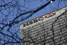 HSBC, première banque d'Europe, a entamé lundi la suppression de 840 postes dans ses activités informatiques en Grande-Bretagne, la première vague de réduction importante de ses effectifs dans le cadre d'un plan portant au total sur 8.000 emplois au Royaume-Uni d'ici la fin de l'an prochain. /Photo prise le 15 février 2016/REUTERS/Hannah McKay
