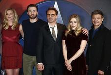 """Membros do elenco de """"Capitão América: Guerra Civil"""" duranta evento em Londres.   25/04/2016       REUTERS/Peter Nicholls"""