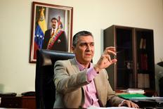 """El vicepresidente económico de Venezuela, Miguel Pérez Abad, durante una entrevista con Reuters en Caracas, Venezuela. 16 de mayo de 2016. Venezuela acordó mejores condiciones para pagar y contraer nuevos financiamientos con China, al tiempo que recortará sustancialmente sus importaciones este año, buscando """"oxígeno"""" que le permita cumplir con sus compromisos de deuda, dijo el vicepresidente económico del país petrolero. REUTERS/Marco Bello"""