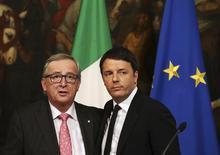 Le président du Conseil italien Matteo Renzi (à droite) et le président de la Commission européenne Jean-Claude Juncker, à Rome. A l'issue de négociations longues et ardues entre Bruxelles et Rome, la Commission européenne a validé la loi de Finances 2016 de l'Italie et l'objectif qu'elle contient d'un déficit budgétaire ramené à 2,3% du produit intérieur brut, selon le ministère de l'Economie. /Photo prise le 26 février 2016/REUTERS/Alessandro Bianchi