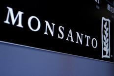 Imagen del logo de Monsanto en una pantalla donde se cotizan sus acciones en la Bolsa de Nueva York. 9 mayo 2016. Monsanto, el gigante de los negocios agrícolas, se mostró el lunes decepcionado de sus conversaciones con Argentina, y anunció que revisará sus planes de negocios en el país y no venderá sus nuevas tecnologías en el importante mercado agrícola sudamericano. REUTERS/Brendan McDermid