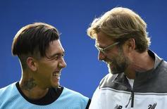 Firmino e o técnico Juergen Klopp em treino do Liverpool.  17/5/16.  Reuters/Dylan Martinez
