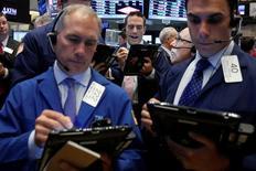 Трейдеры на фондовой бирже в Нью-Йорке. 16 мая 2016 года. Американские акции активно распродавались во вторник, поскольку инвесторы увидели большую вероятность подъёма ставок ФРС США в текущем году. Акции торговой сети Home Depot упали после квартального отчёта компании. REUTERS/Brendan McDermid
