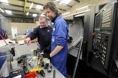 El número de parados británicos bajó en el trimestre terminado en marzo, al mantener el pulso un mercado laboral que enfrenta una ralentización económica antes del referéndum sobre la permanencia del Reino Unido en la UE.  En la imagen, el jefe ingeniero Paul Kelly (I) da instrucciones en el taller de PK Engineering Ltd en Hereford, Reino Unido, el 15 de marzo de 2016. REUTERS/Rebecca Naden