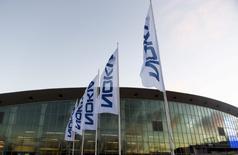 Nokia a annoncé la signature d'un accord de licence exclusif de 10 ans avec la société finlandaise HMD Global en vue de créer des combinés et des tablettes de marque Nokia. /Photo d'archives/REUTERS/Vesa Moilanen/Lehtikuva