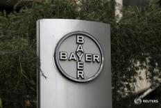 Логотип Bayer на штаб-квартире компании в Каракасе 1 марта 2016 года. Немецкая химическая и фармацевтическая компания Bayer AG сделала предложение о поглощении крупнейшего в мире производителя семян Monsanto Co, поскольку высокие материальные запасы и цены на сырье провоцируют консолидацию глобальной агрохимической отрасли. REUTERS/Marco Bello/File Photo