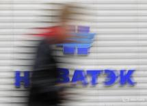 Мужчина проходит мимо офиса Новатэка в Москве 16 сентября 2012 года. Совет директоров крупнейшего в России независимого производителя газа Новатэк одобрил продление программы обратного выкупа акций на год до 7 июня 2017 года, сообщила компания в четверг. REUTERS/Maxim Shemetov