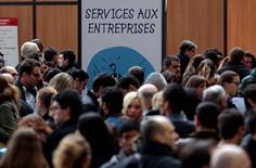 Люди на ярмарке ваканский в Ницце 23 января 2014 года. Уровень безработицы на материковой части Франции опустился ниже 10 процентов впервые с 2014 года, однако число безработных более года граждан вновь выросло до рекордных значений, показали официальные данные в четверг. REUTERS/Eric Gaillard