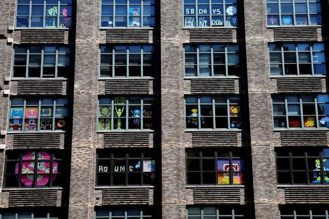 5月18日、米ニューヨーク市で、ビルに入居するオフィスの従業員らが、窓に色とりどりの付箋紙を貼り付けて「アート作品」を作成し、道行く人たちの目を楽しませている(2016年 ロイター/Mike Segar)