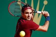 Tennis - Monte Carlo Masters - Monaco, 15/04/2016. Roger Federer of Switzerland plays a shot to Jo-Wilfried Tsonga of France .  REUTERS/Eric Gaillard
