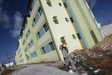 Operário trabalhando em obra do Minha Casa Minha Vida em Olinda, Pernambuco.    01/05/2010     REUTERS/Bruno Domingos